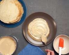 Блинный торт с кремом на сгущенке и взбитыми сливками