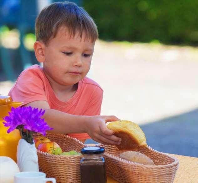Мамы из разных стран мира рассказали, чем у них принято кормить детей