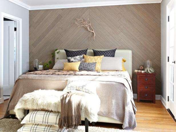 Молодая пара стильно украсила стену в спальне всего за несколько часов