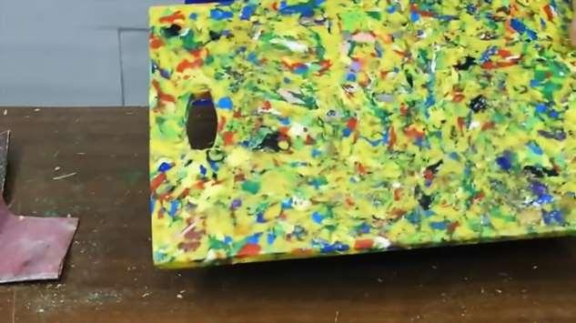 Делаем разделочную доску из пластиковых крышек