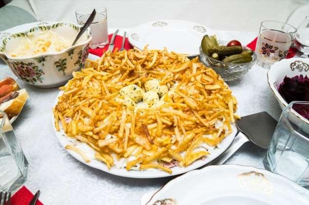 Салат Гнездо глухаря с картофелем и яйцами